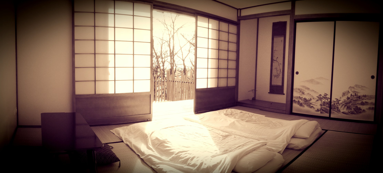 Chambre style ryokan en France avec futons, tatamis ,shojis et fusumas