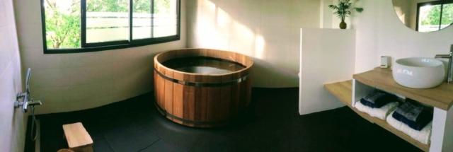 Ofuro (bain) en bois, taouret et seau en hinoki (cèdre japonais), douchette, prêt(e) pour le rituel du bain japonais ?