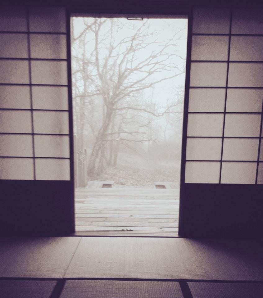 Vue sur le jardin en hiver dans un Ryokan en France