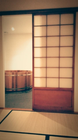 Vue sur l'ofuro depuis la chambre traditionnelle japonaise